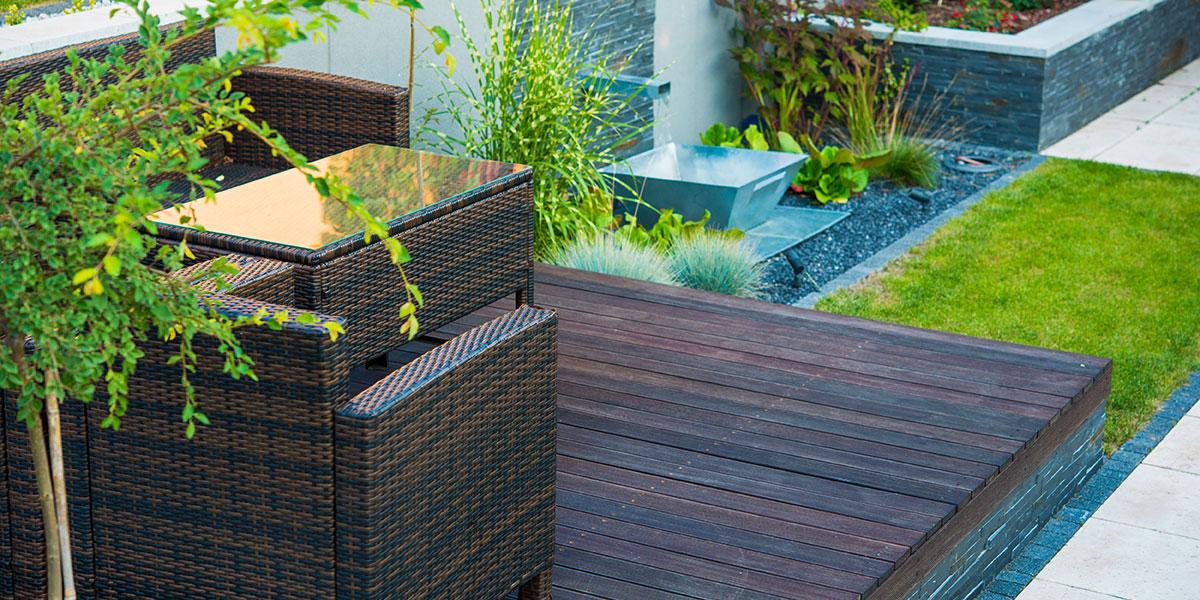 terrasse-bois-mobilier-fontaine-acier-ardoise