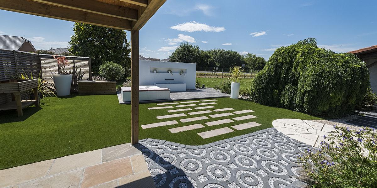 Jardin d'exposition avec pergola et terrasse à Pau